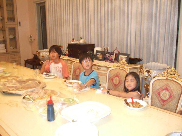 kids-enjoying-food